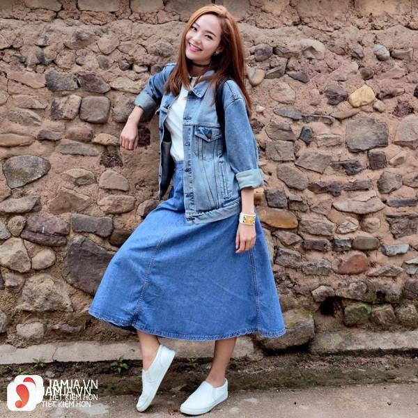 Chân váy dài và áo khoác denim