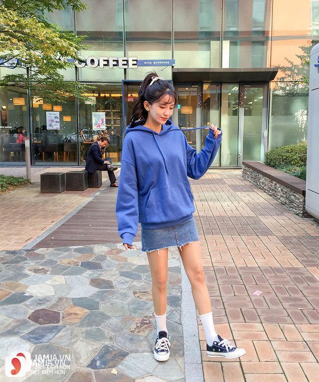 Chân váy jean với áo hoodie