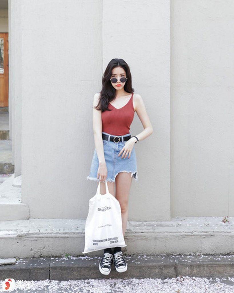 Chân váy jeans rách cùng áo hai dây