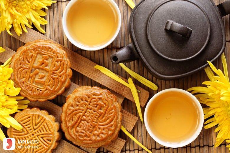 Bánh trung thu và trà nóng