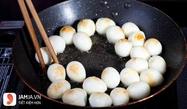 chiên trứng nấu thịt kho