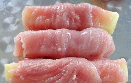 Cách làm thịt heo cuộn khoai tây sốt cà chua-2