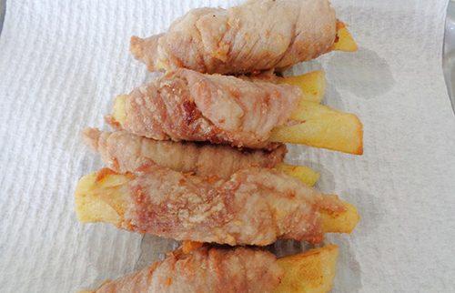 Cách làm thịt heo cuộn khoai tây sốt cà chua-3