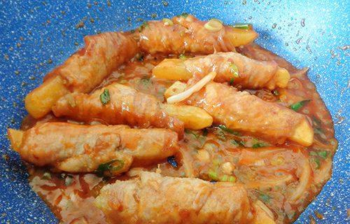 Cách làm thịt heo cuộn khoai tây sốt cà chua-5