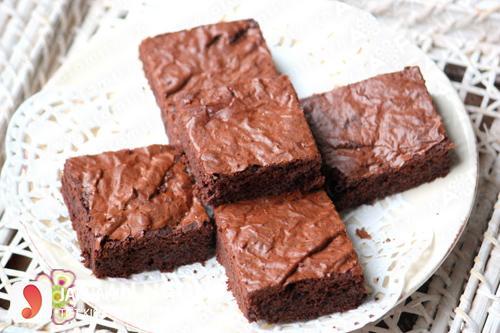 Làm bánh brownies bằng lò vi sóng