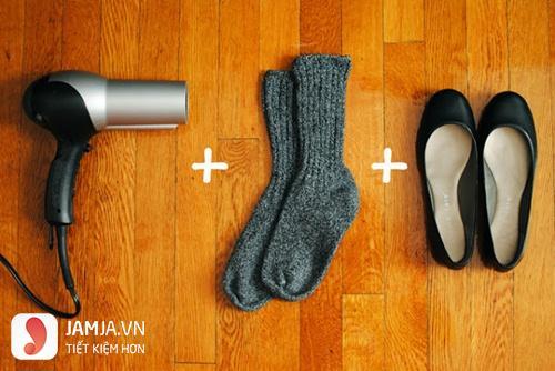 Cách làm giày rộng ra bằng tất và máy sấy tóc