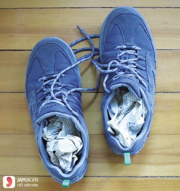 Cách làm giày rộng ra bằng giấy và rượu2
