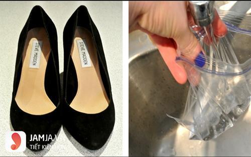 Cách làm rộng giày bằng nước