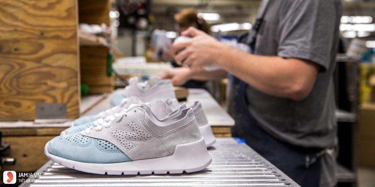 Dùng thuốc xịt chuyên dụng để nới lỏng giày