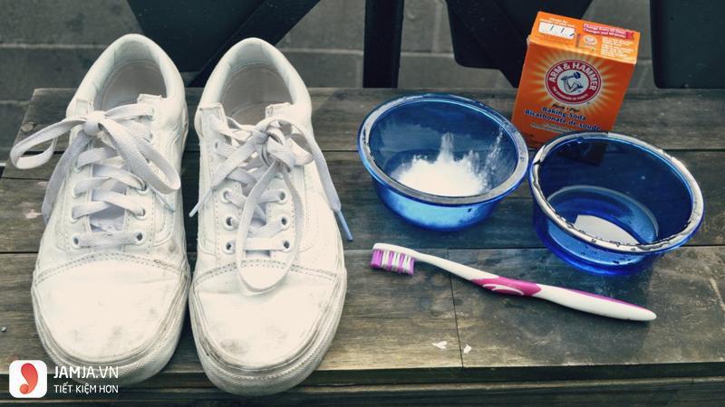 Cách làm trắng đế giày bị ố vàng bằng backing soda