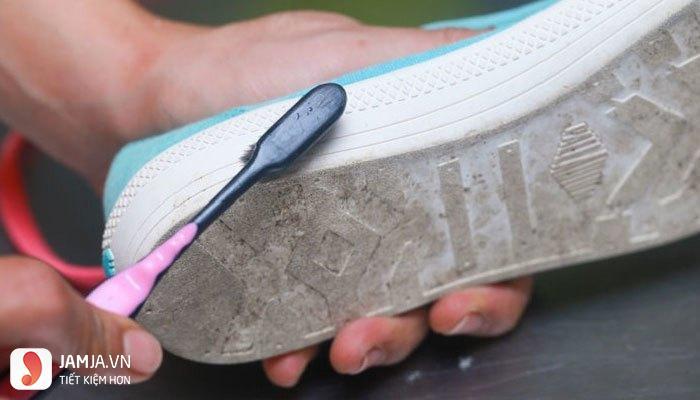 Cách làm trắng đế giày bị ố vàng với bột giặt-2