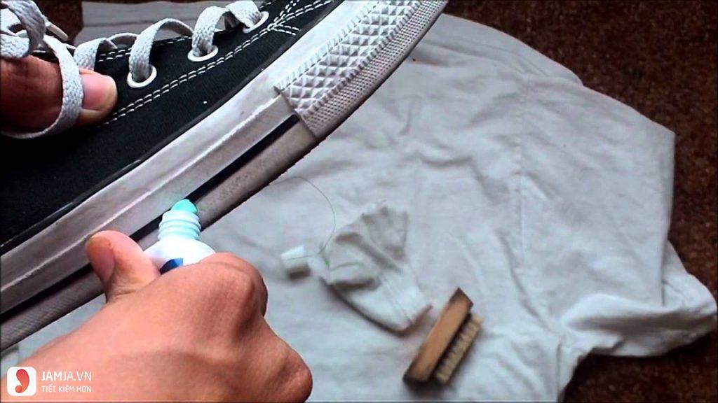 Dùng kem đánh răng làm trắng đế giày-1