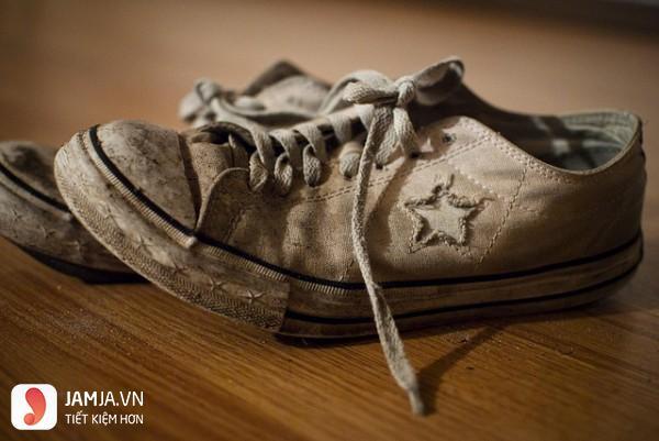 Làm trắng đế giày bị ố vàng nhờ thuốc tẩy-1