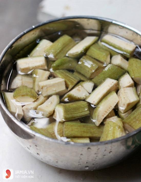Cách làm cá lăng om chuối đậu 3