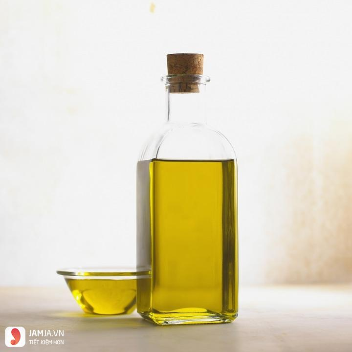 Cách tẩy chữ in trên áo bằng dầu ăn 1