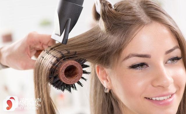 Làm tóc xoăn bằng lược và máy sấy