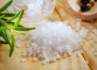 Rửa mặt bằng nước muối có tác dụng gì
