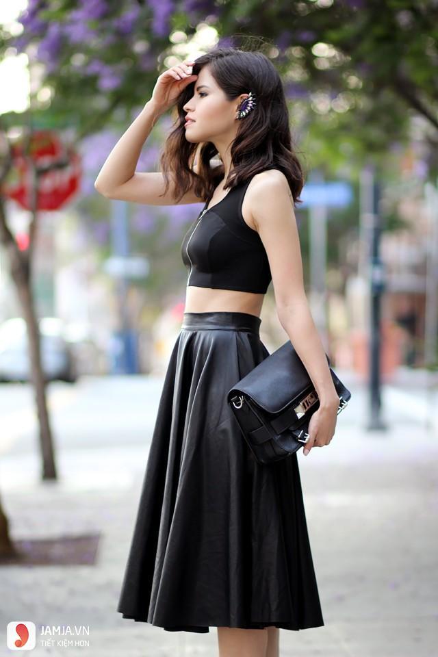 Áo hai dây và chân váy đen