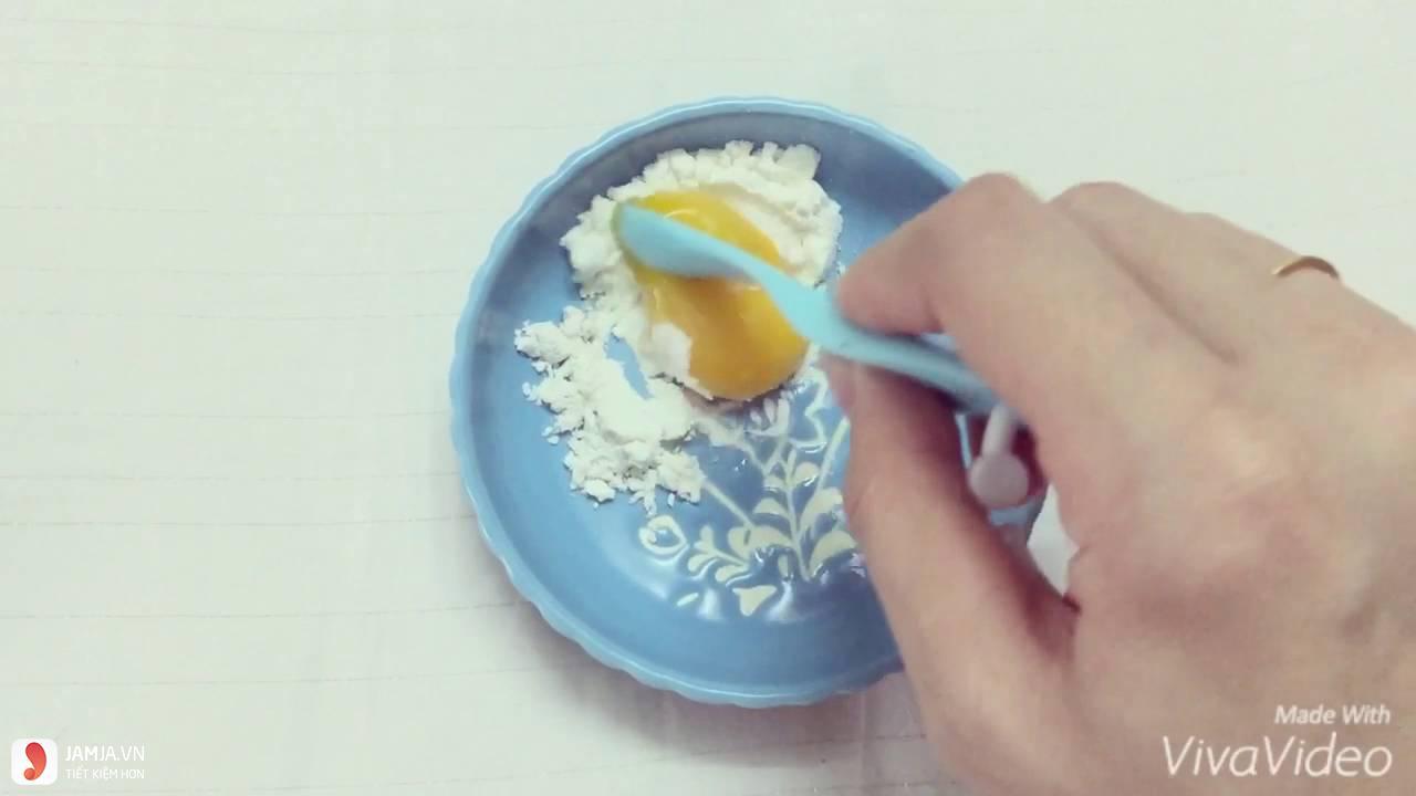 Đắp mặt nạ bột sắn dây và trứng gà