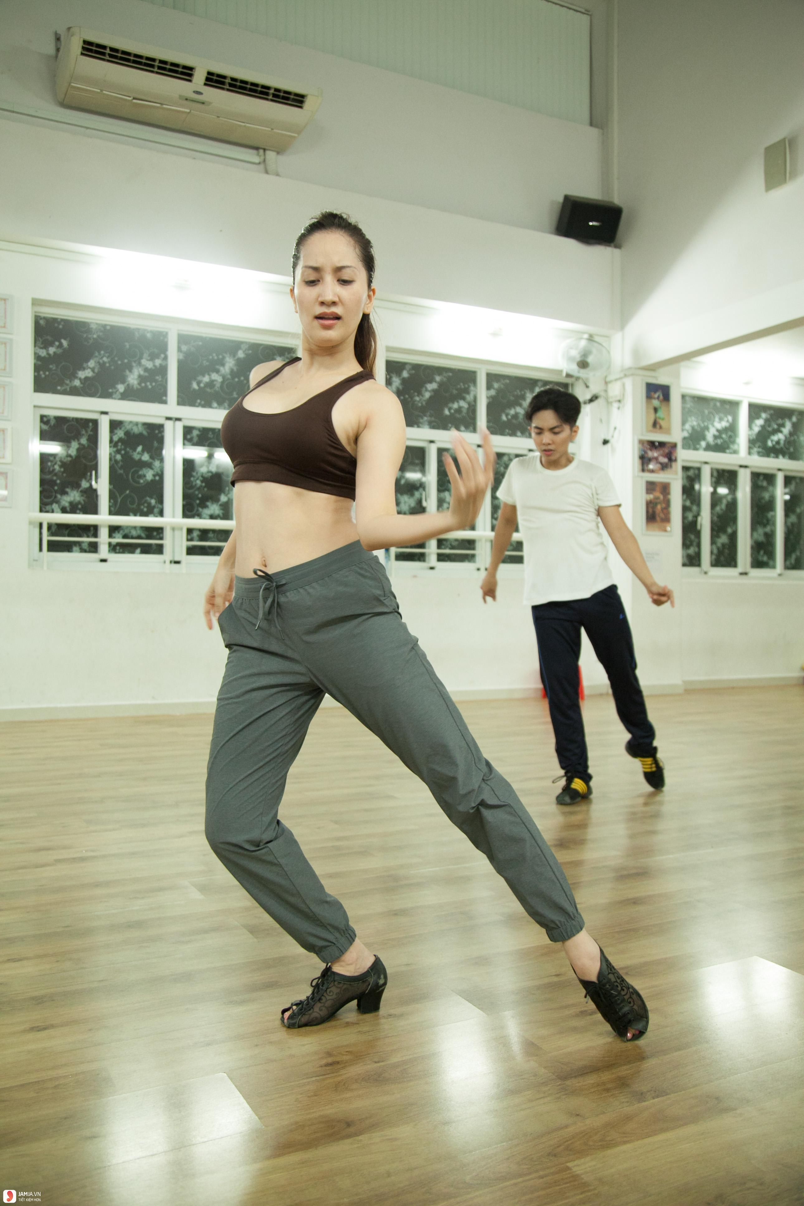 Khánh Thi luyện tập