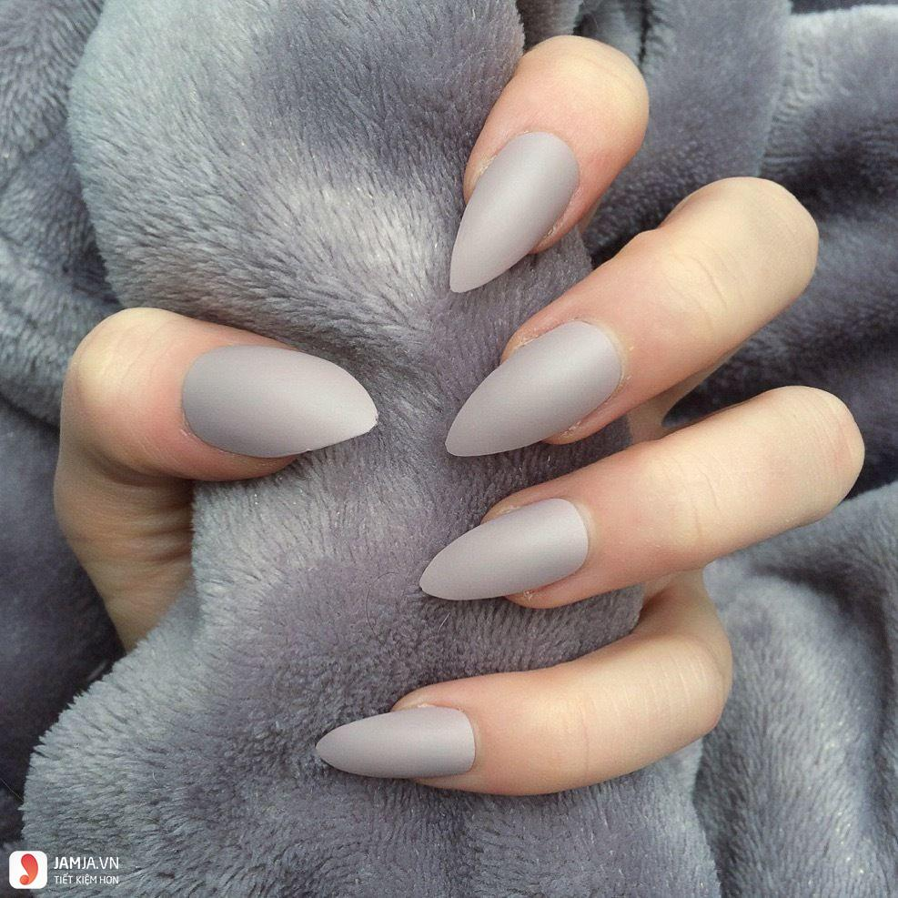 Sơn móng tay màu xám