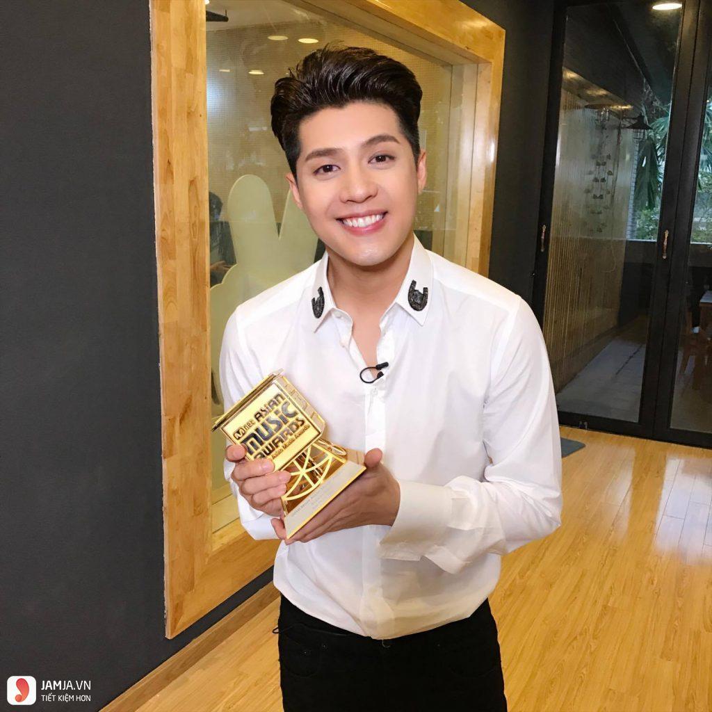 Noo Phước Thịnh nhận giải MAMA
