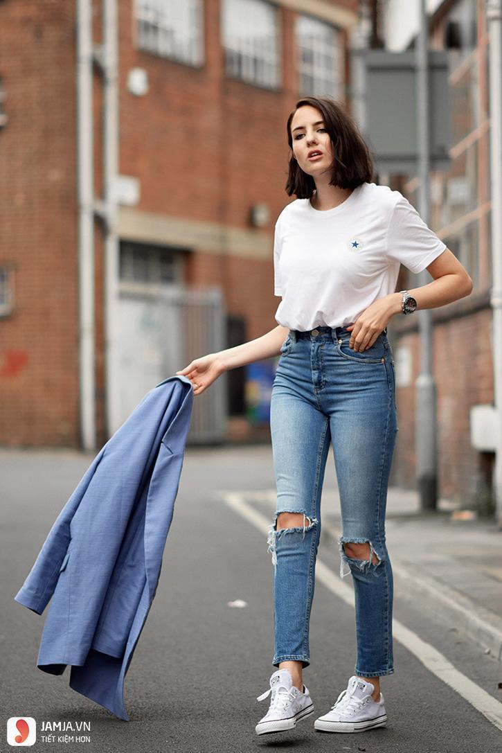 Quần jeans kết hợp áo phông đơn giản