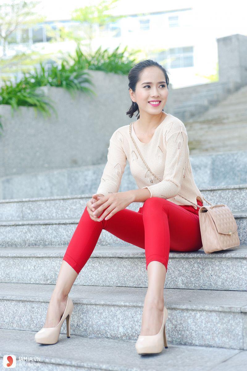 Quần màu đỏ kết hợp với áo màu gì 1