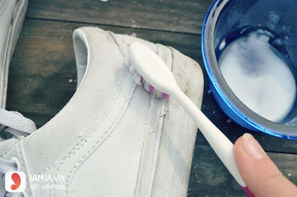 Cách giặt giày trắng khi bị ố vàng6