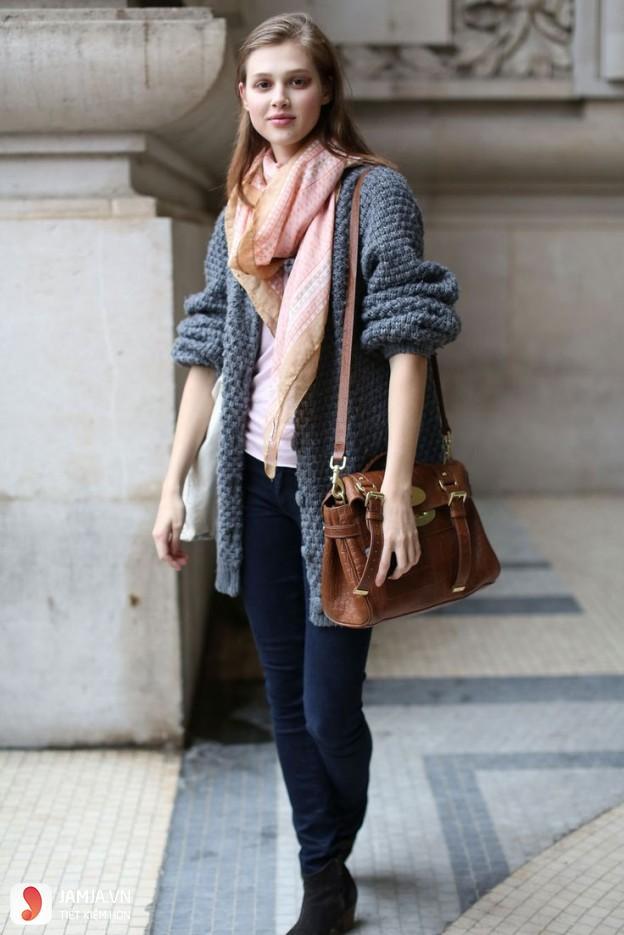 Cách phối áo thun với quần jean cho nữ 3