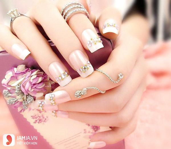 mẫu nails đính đá đơn giản mà đẹp 2