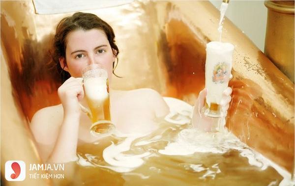Tắm bia có tác dụng gì?