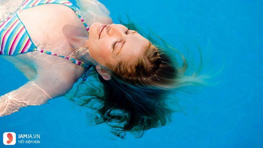 không đi bơi khi nhuộm tóc
