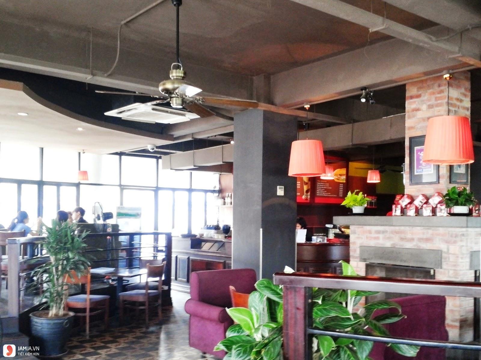 Không gian Highlands Coffee Hàm Cá Mập