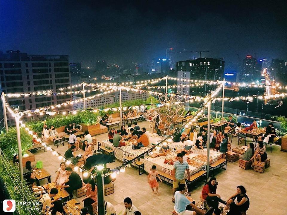 Trill Rooftop Cafe & Bistro ban đêm