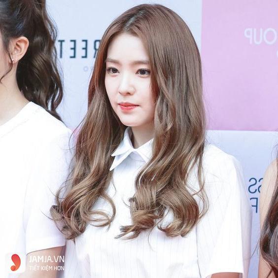 Tóc dài xoăn rẽ ngôi
