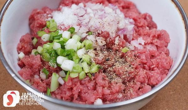 Trộn thịt băm với giá vị