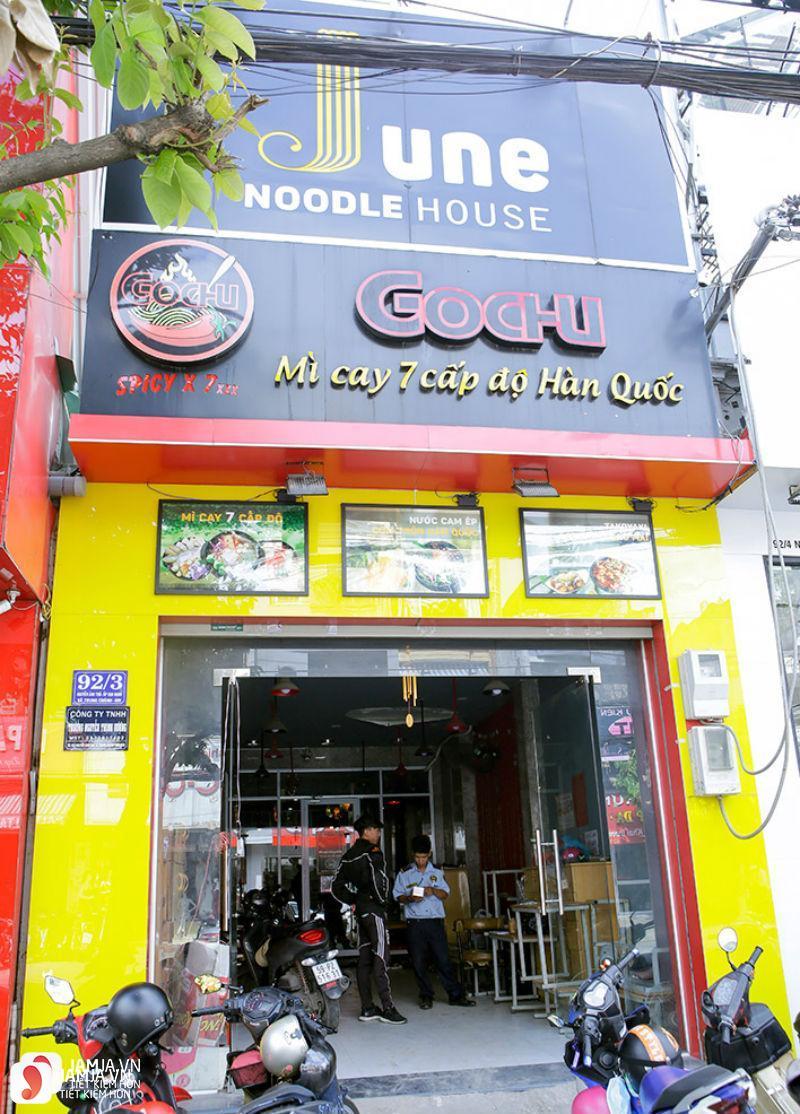 không gian quán của June Noodle House