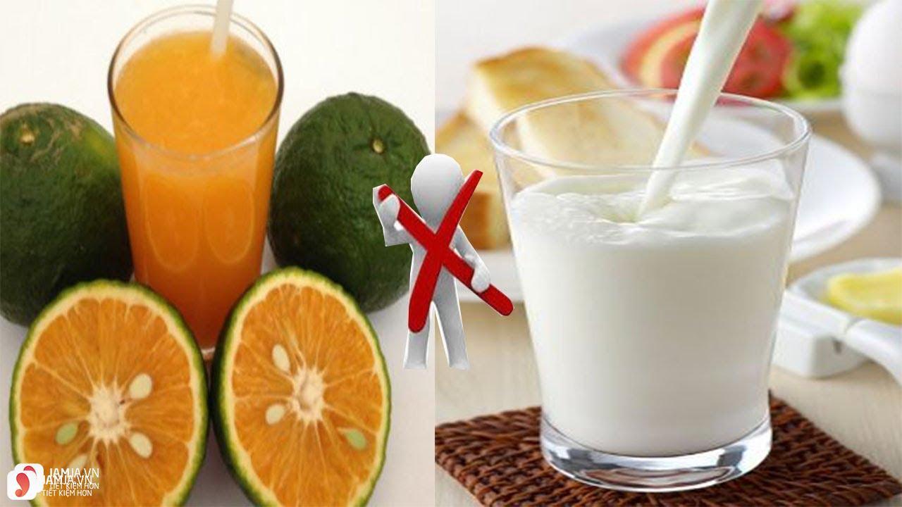 không uống nước cam với sữa