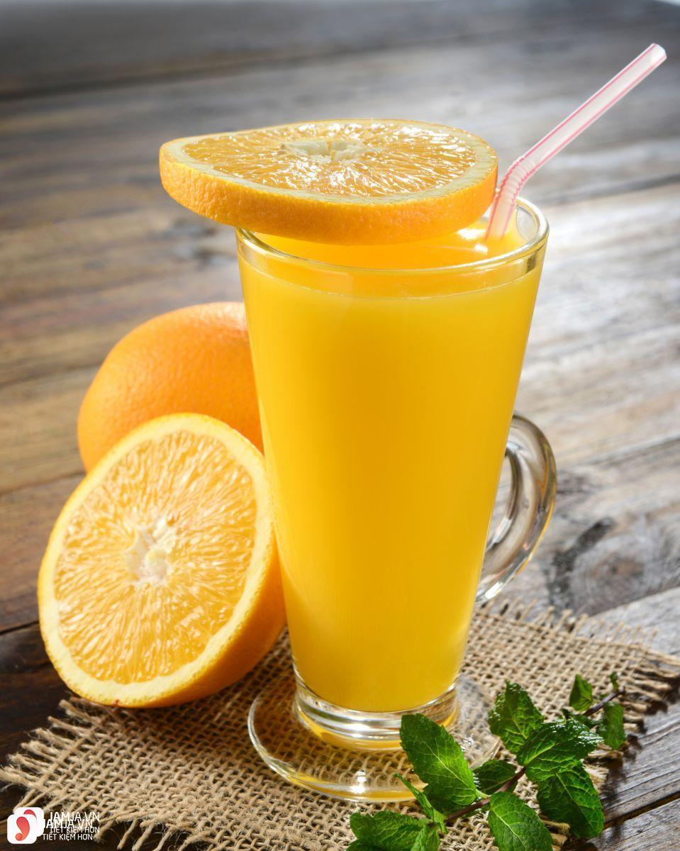 Uống nước cam buổi tối có tốt không