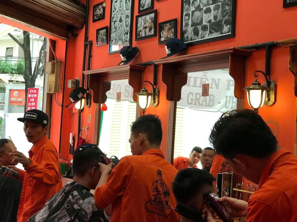 Đông Tây Barbershop 4