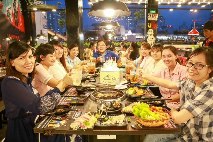 khách hàng đến ăn tại quán Buffet Nướng U.BBQ