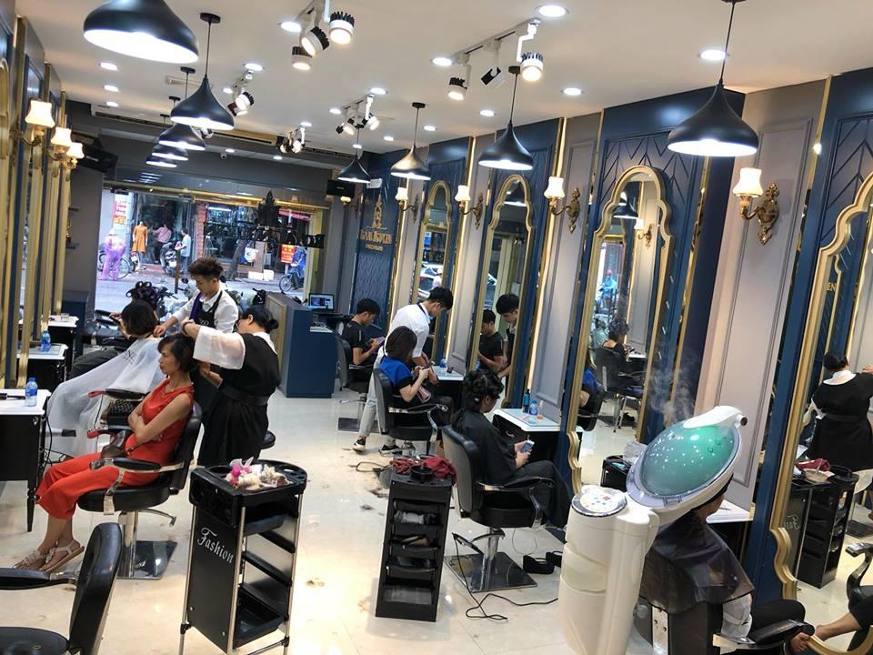 không gian bên trong tại Royal Nguyễn Hairstylist