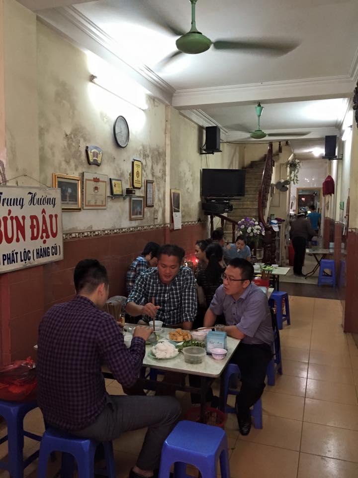 không gian quán Bún đậu Trung Hương