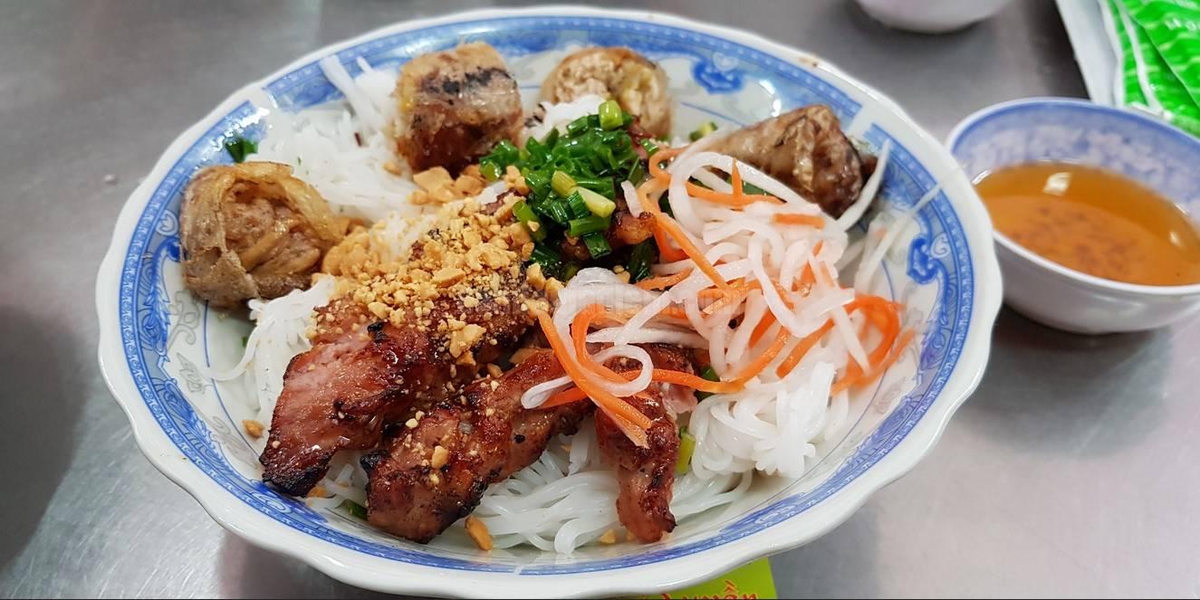 Quán bún thịt nướng chị Tuyền review