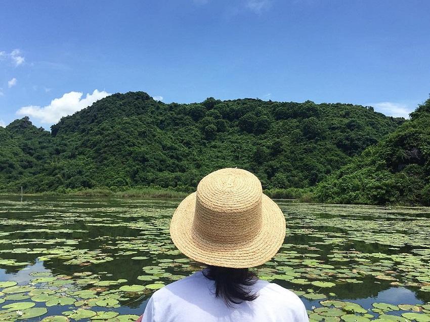 đi thuyền trên Hồ Quan Sơn trong mùa sen