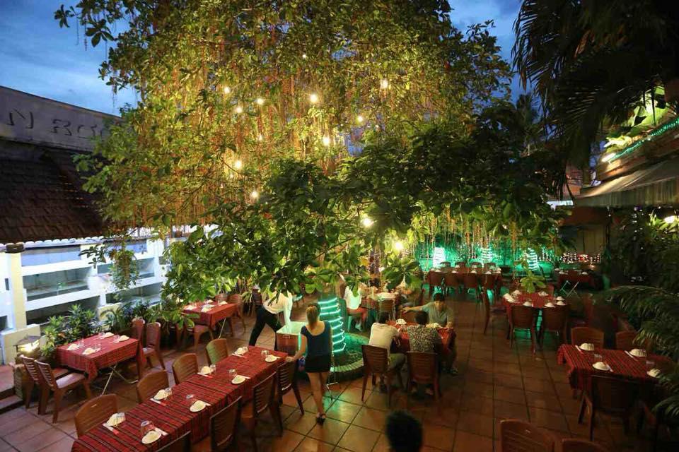 không gian Nhà hàng Hòn Rơm