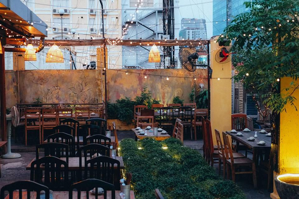 không gian nhà hàng tổ chức liên hoan công ty cuối năm