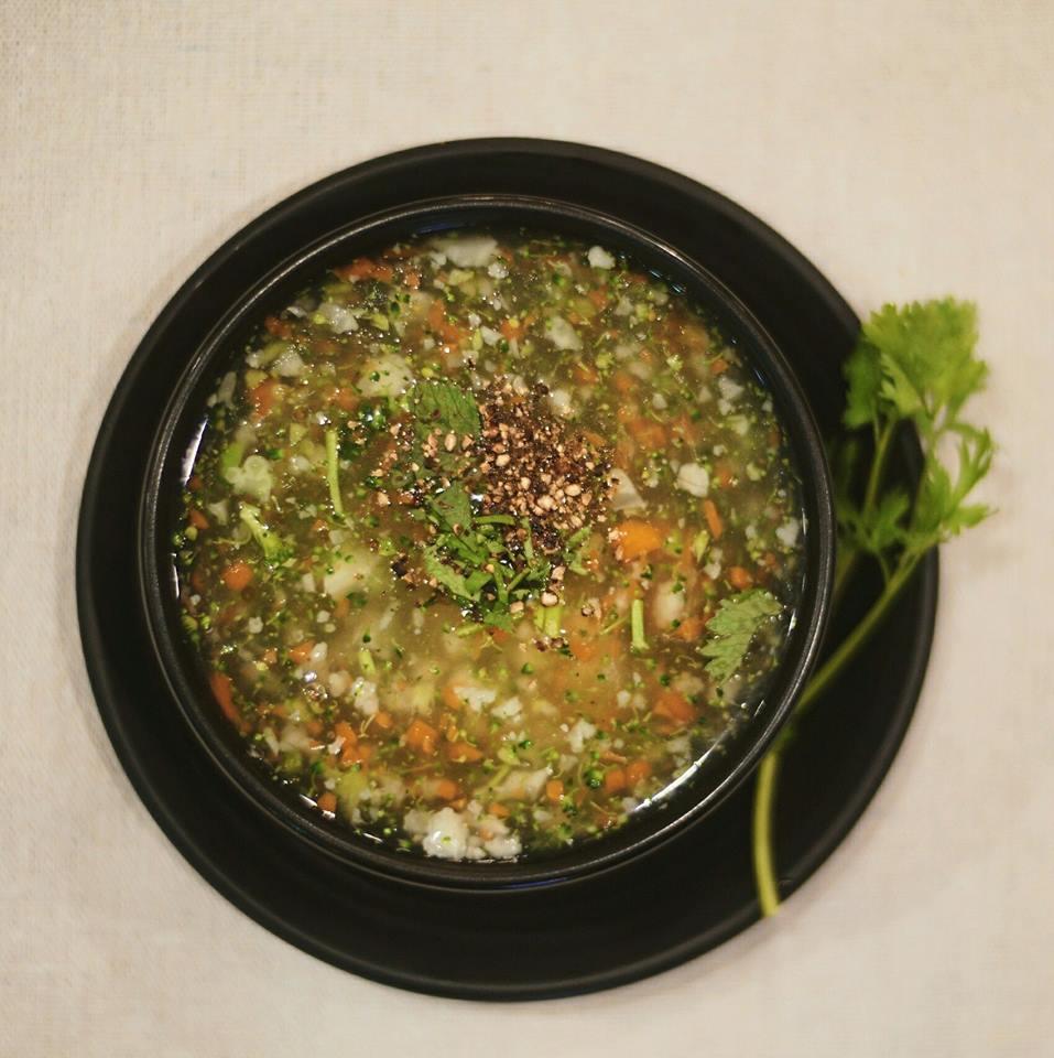 súp Món nộm gồm cà rốt, giò chay, đậu, chả chay,... kèm theo phồng tôm chay made inNhà Hàng Chay Bà Xã.