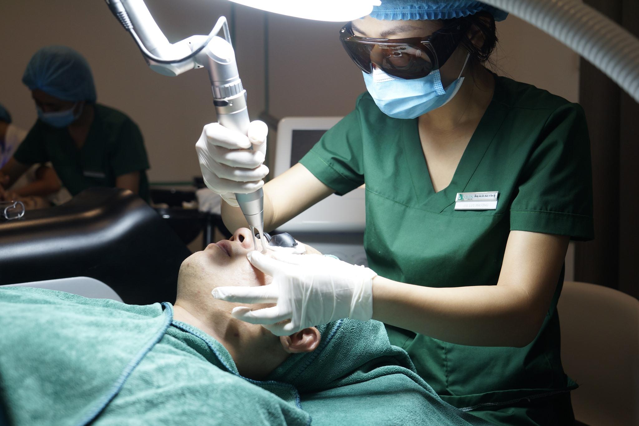 trị mụn Quin Clinic & Spa